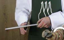 Schärfen des Messers mit einem Messerschärfer oder Wetzstab